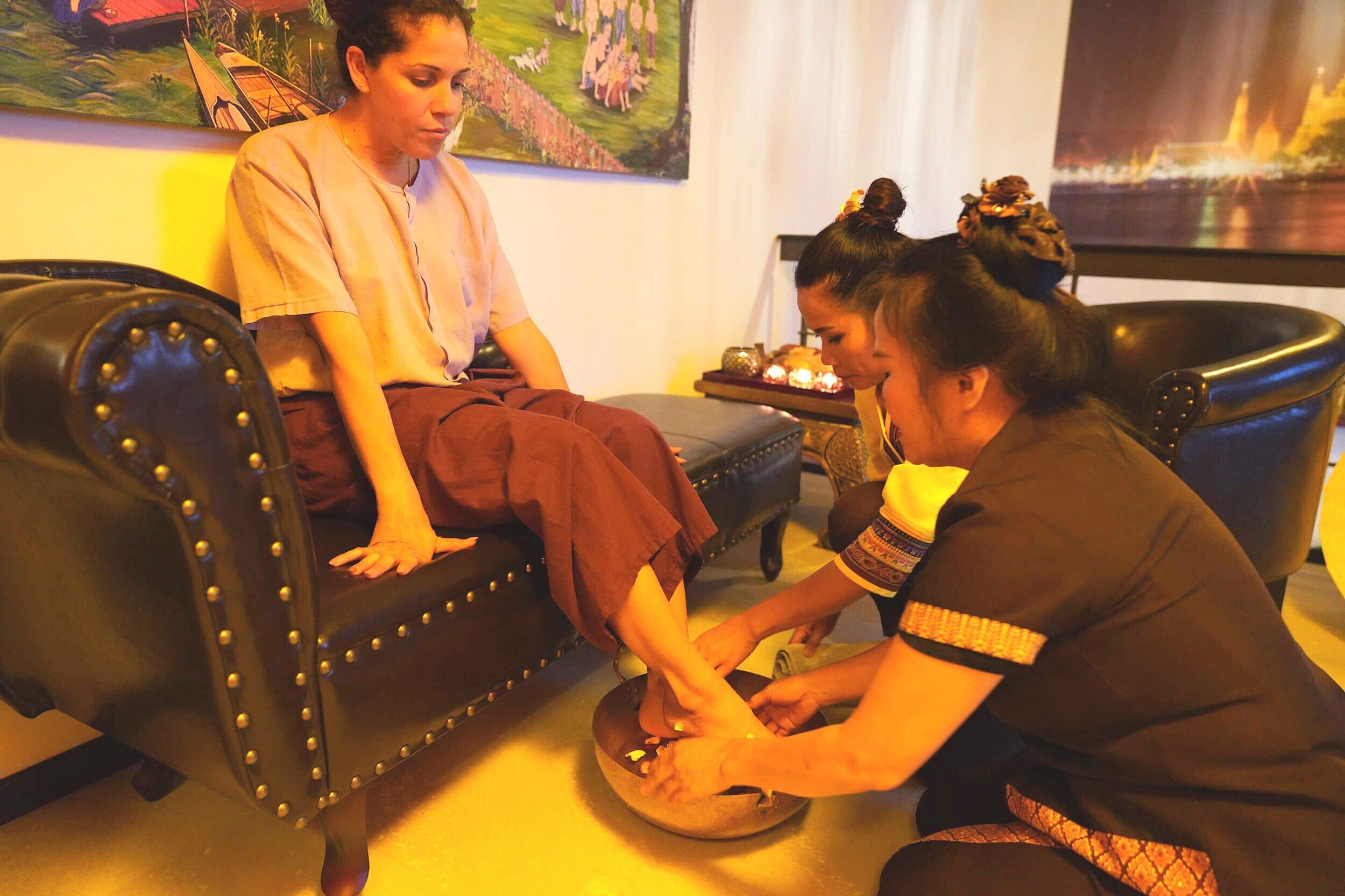 Reinigung - Als Einstieg werden Ihnen nach traditionellem Stil die Füsse gewaschen. Stimmen Sie sich auf entspannende und wohltuende Momente ein.