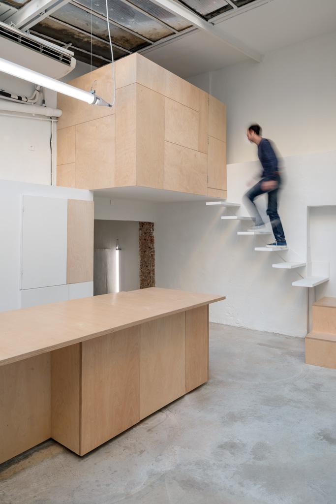 """""""(…)lieu polymorphe entre le studio photo et la galerie d'art."""" -"""