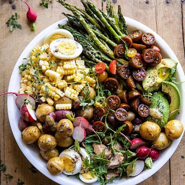 Happy Monday! What are you doing today to set your week up for success? One of our favorite ways is to plan out healthy meals to keep us on track for the week! #motivationmonday #workplacewellness photo by @halfbakedharvest