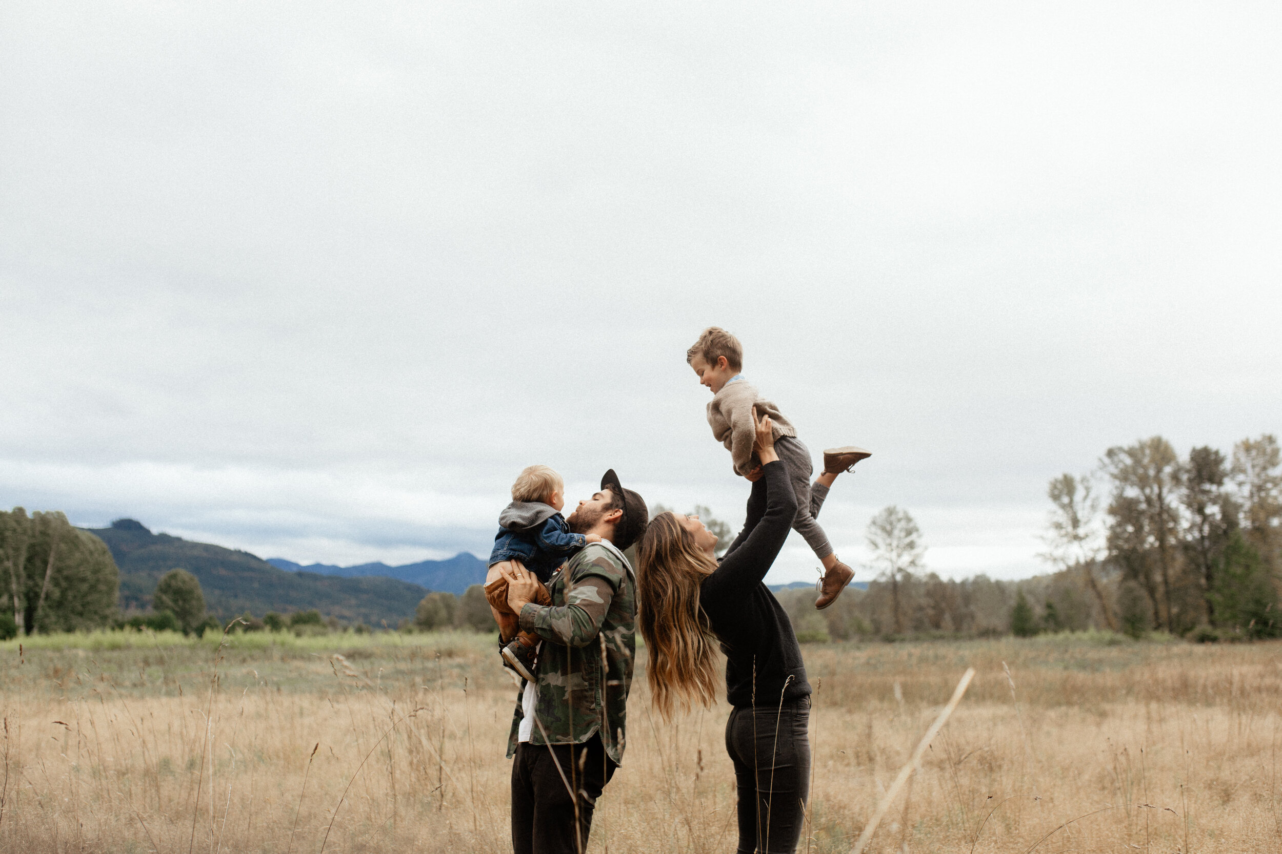 DAVIS FAMILY // DRIZZLY RIVERBANK SESSION IN EVERSON, WA