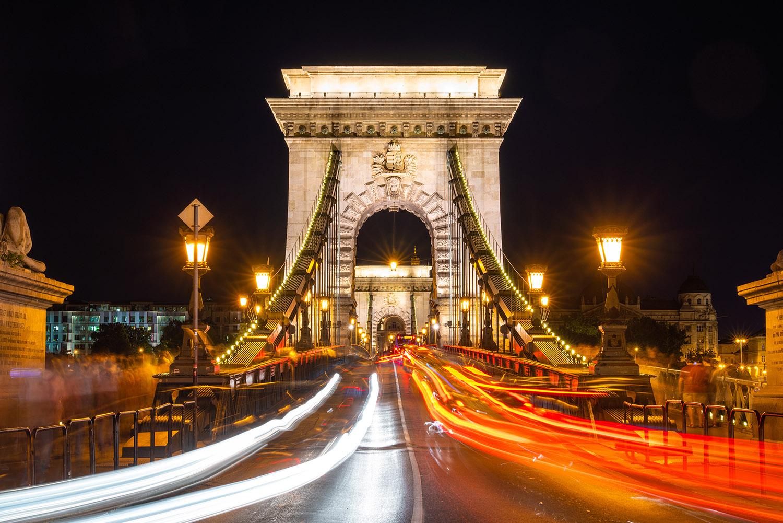 Imagen del puente de las cadenas en Budapest de noche