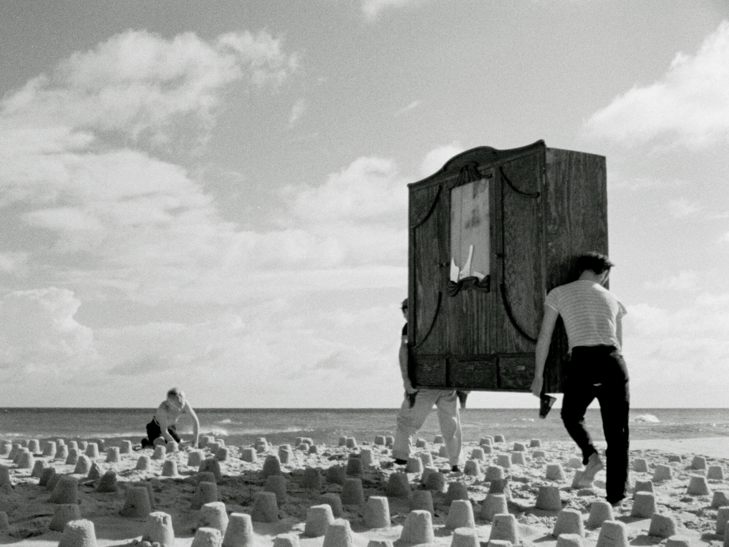 Dwaj ludzie z szafą