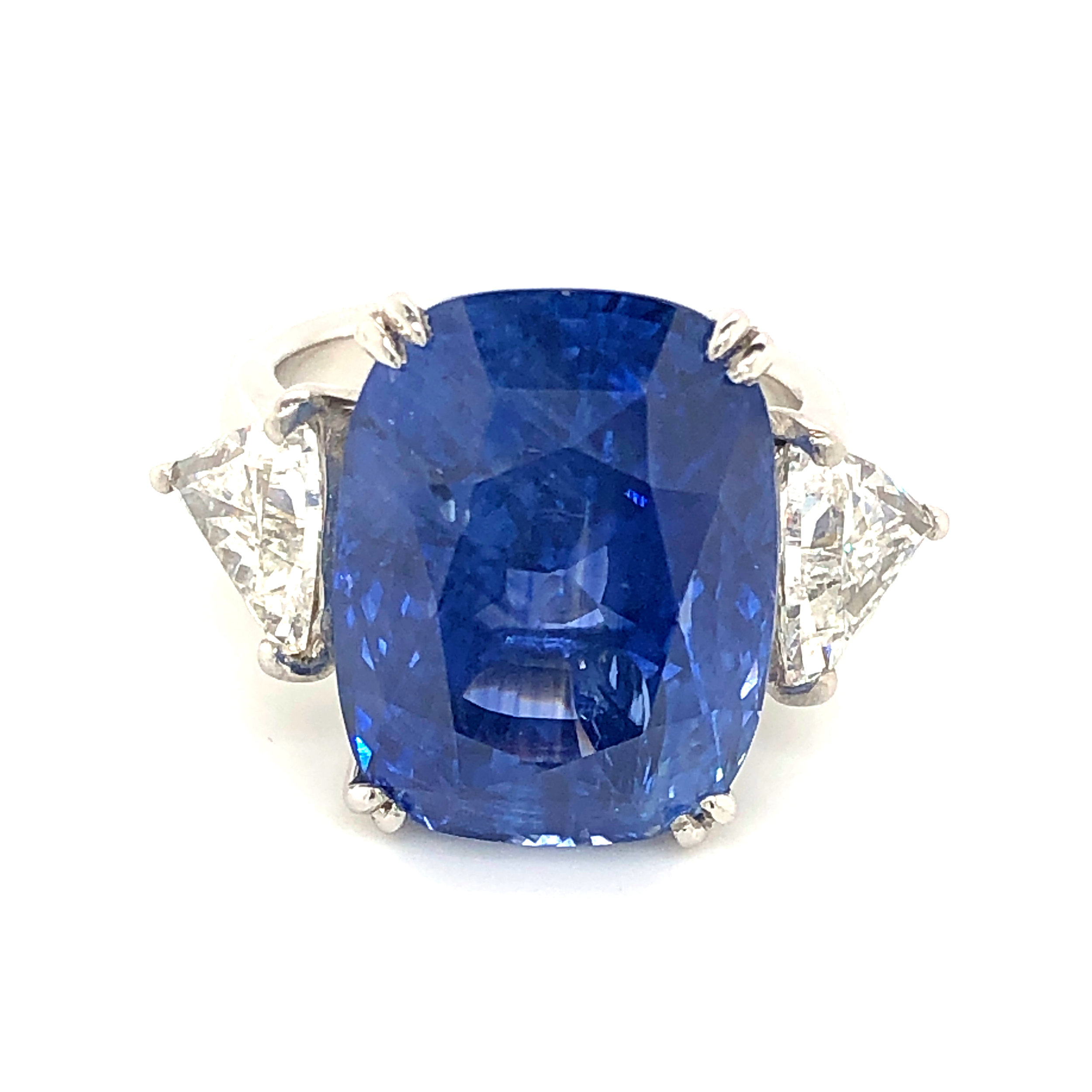 Important 20ct Certified Sapphire Ring with Diamonds, 14kt White Gold  Est. US$ 18,000-25,000