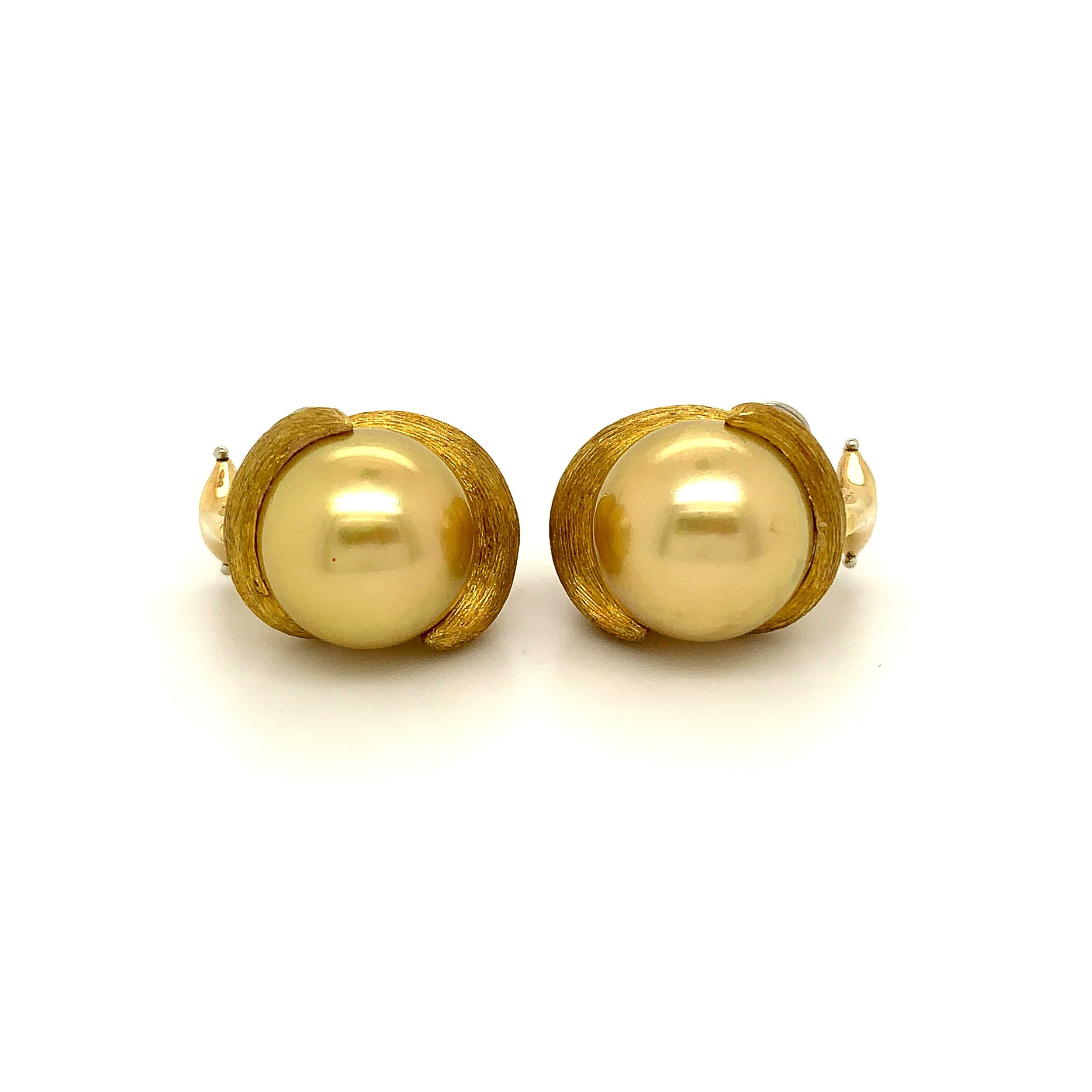 13.6mm Pearl Earrings set in 18 Karat Gold, Henry Dunay  Est. US$ 1,500-2,500