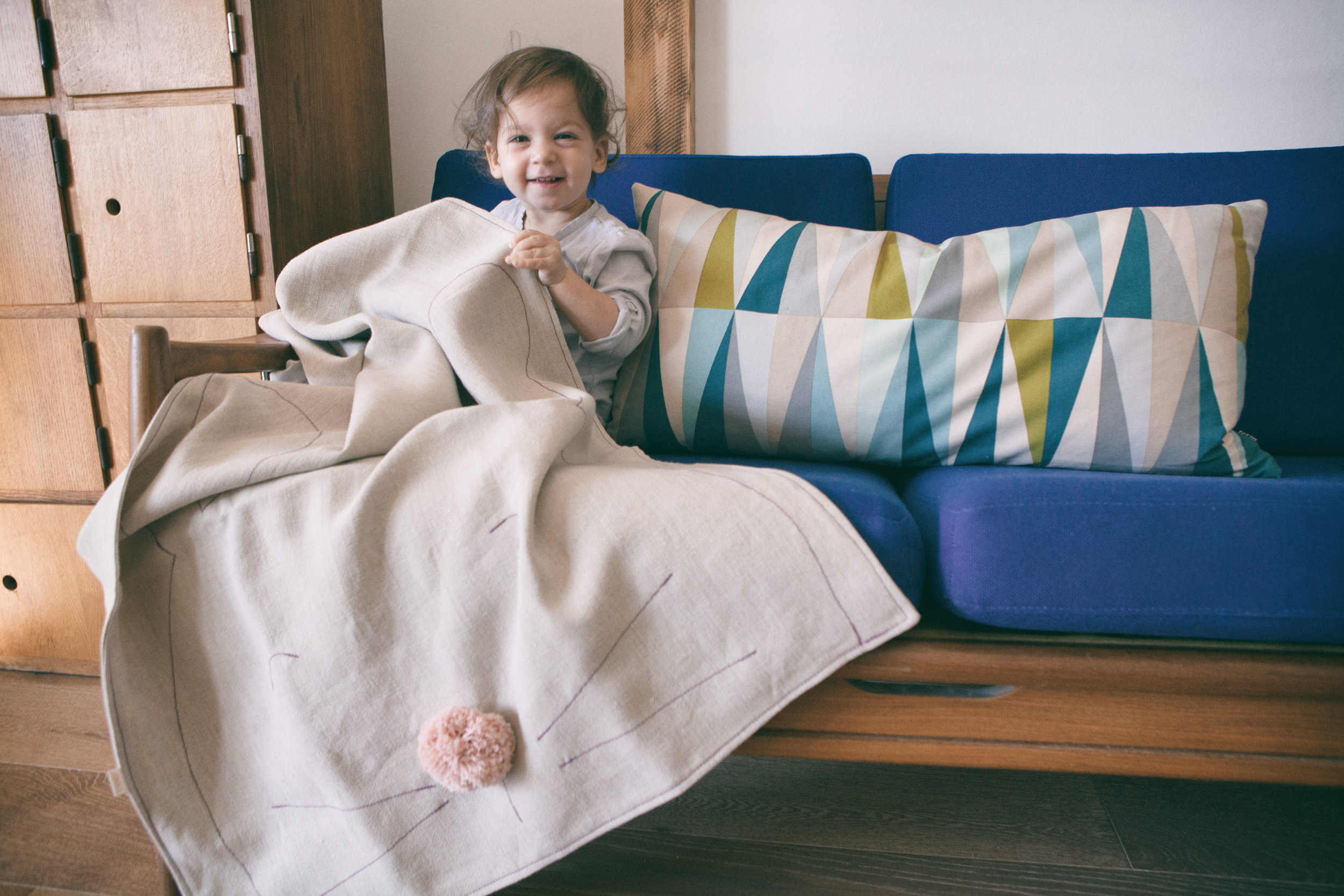 Cozy and comfortable, breathable and antibacterial hemp blanket decorated with an embroidered rabbit pattern.