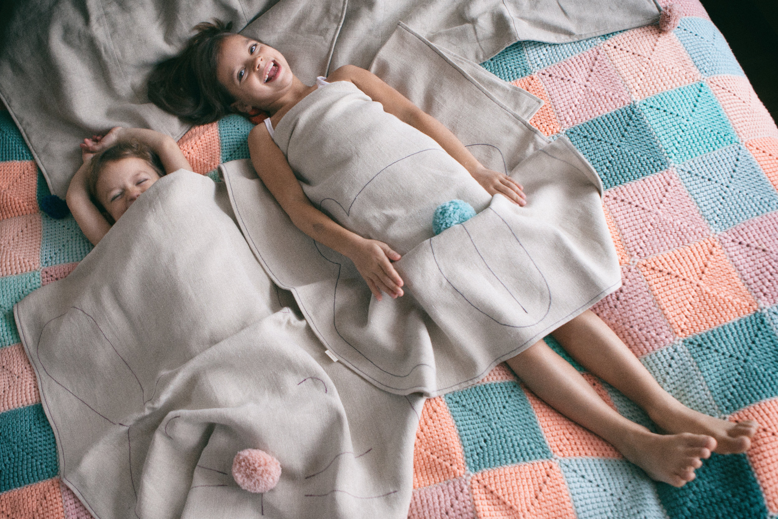 Hemp blankets with embroidered animal patterns for a better sleep.