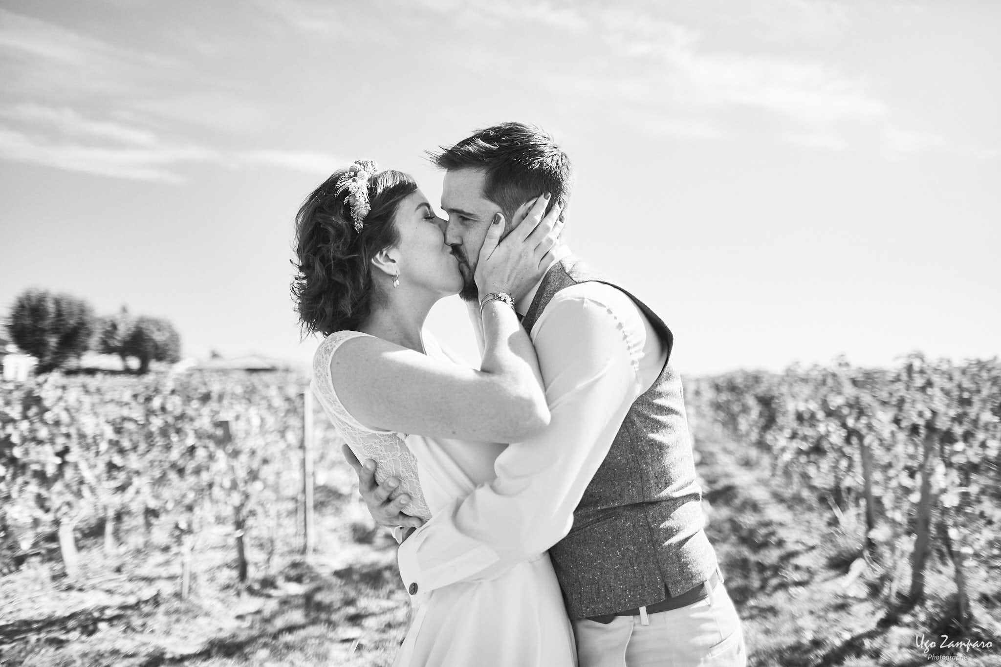 Baiser de mariés à proximité de Saint-Emilion