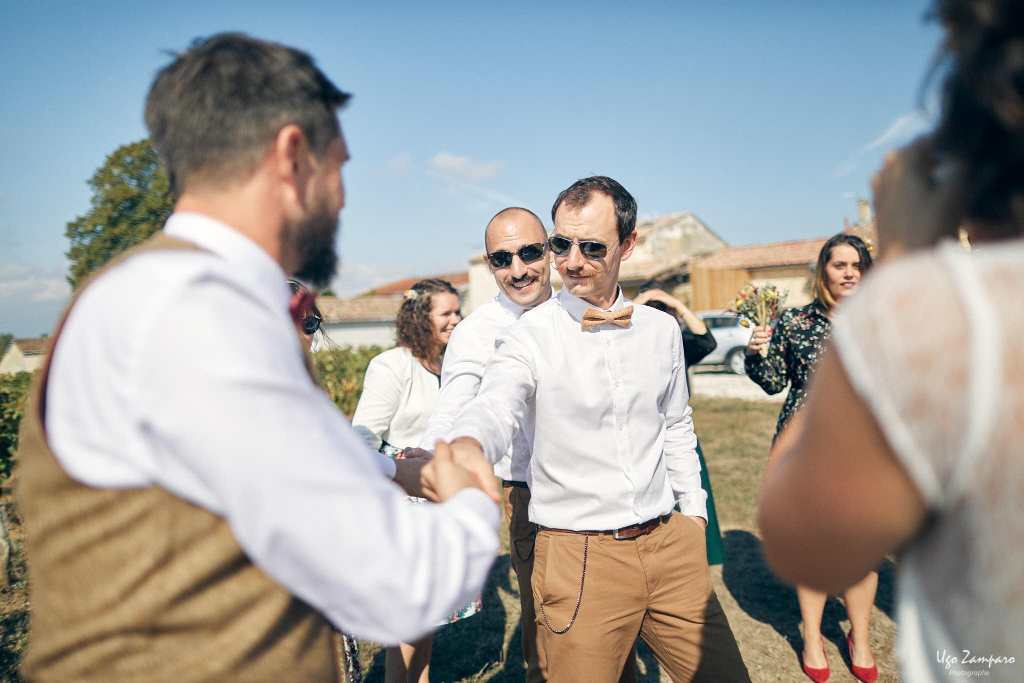 Les témoins félicitent le marié