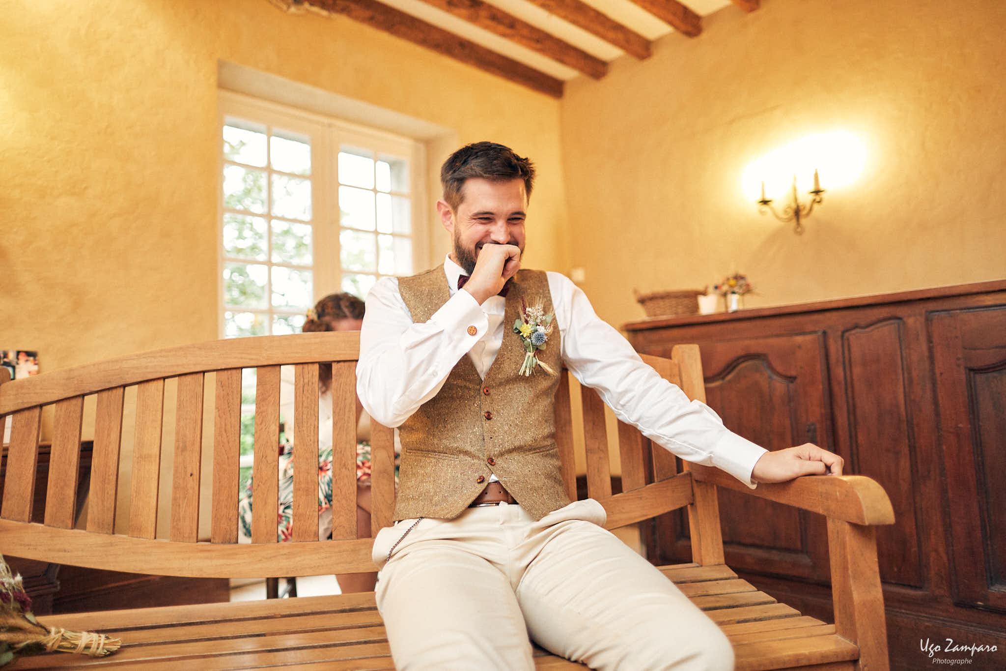 Fou rire du marié pendant la cérémonie laïque au Château Saint-Georges vers Saint-Emilion