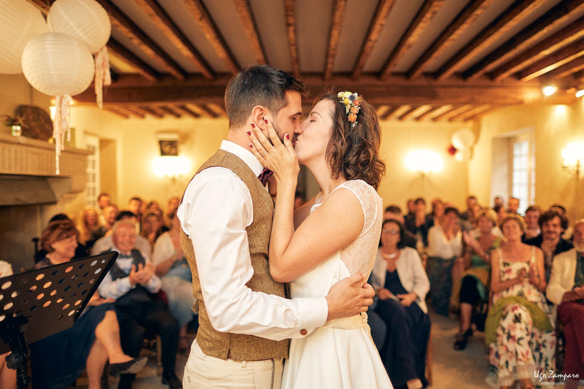 Baiser des mariés pendant la cérémonie laïque au Château Saint-Georges