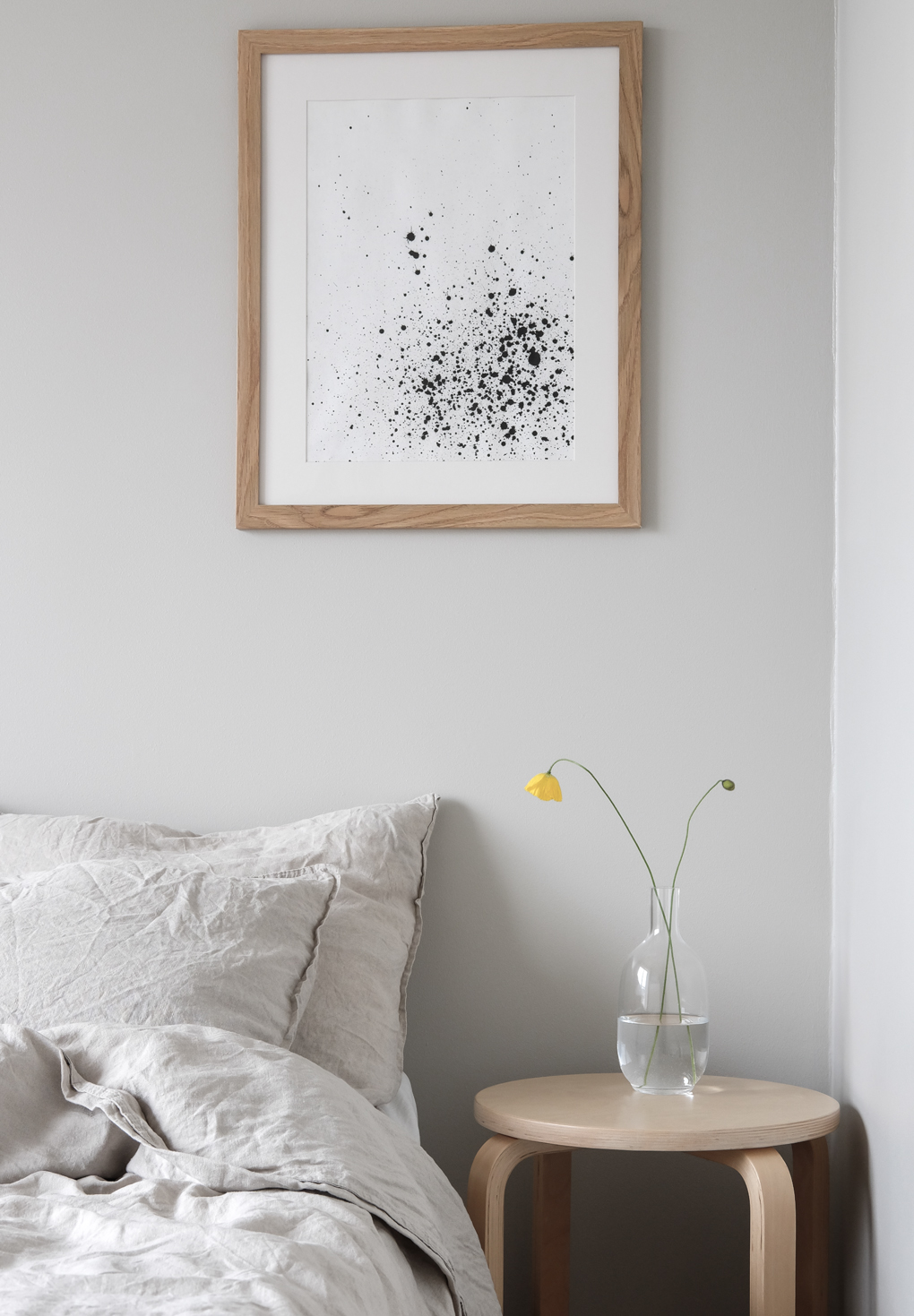 Minimalist-Scandinavian-style-bedroom-beige-linen-bedding-light-grey-walls-light-wood.-Styling-and-photo-by-Anu-Reinson.jpg