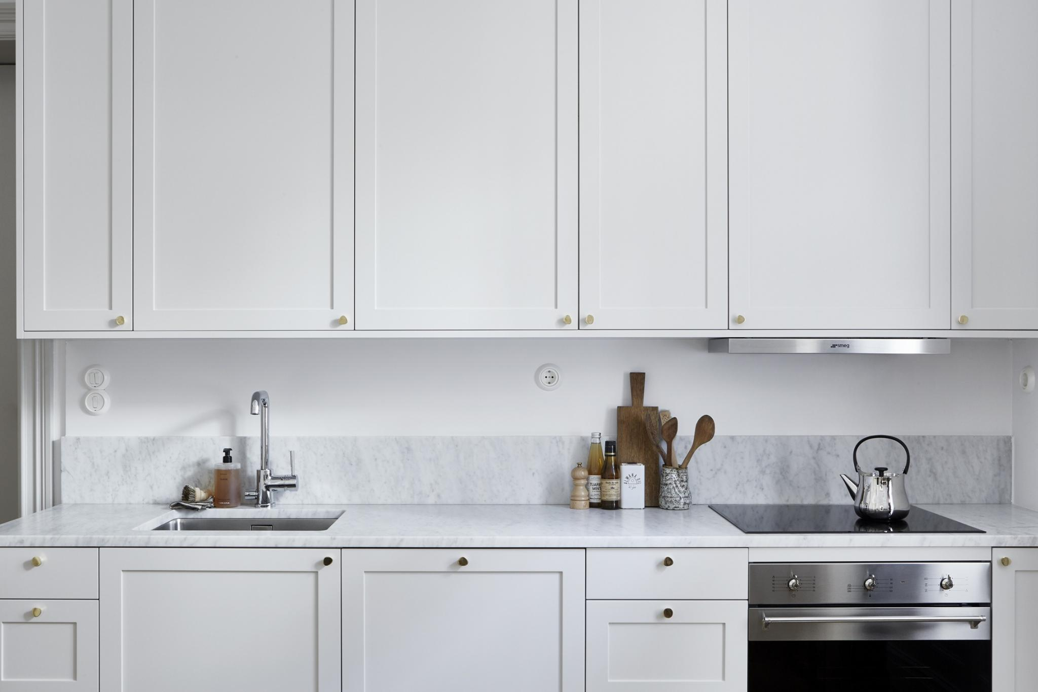 simple-framed-kitchen-cabinets-with-golden-knob-handles.jpg