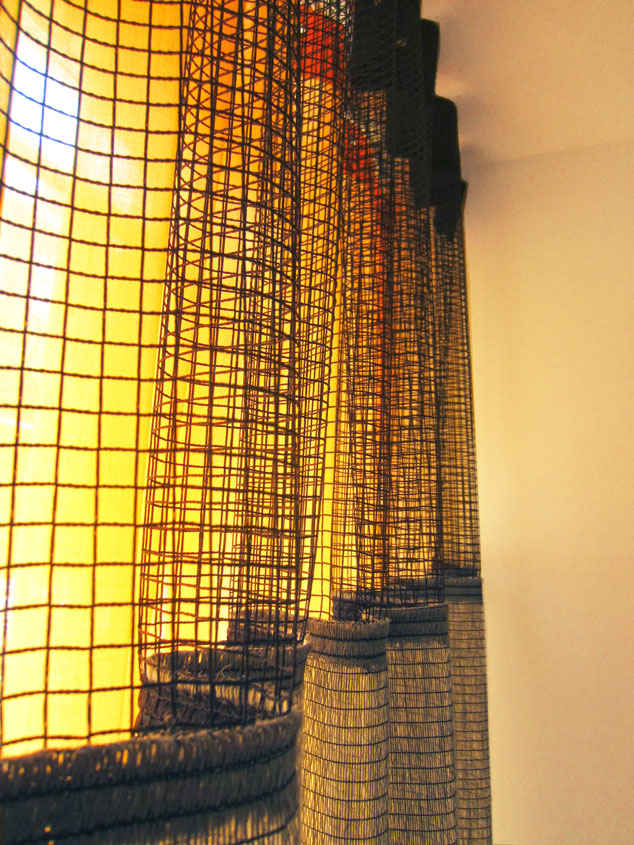 Kimik Design GordijnNo.35GedurfdeMaterialen - Gedurfde, extreme materialen maken dit een stoer ontwerpDe combinatie van grijze verticaal geweven jute, met een bovenkant van grof zwart gaas, gecombineerd met een batist in zonnig geel, maken dit samen een zonnig geheel, met prachtig lichtspelAan de andere kant van de ruimte is de jute met enkel de gele batist gecombineerd, waardoor de twee gordijnen met elkaar communiceren. Duidelijk niet hetzelfde, maar wel van dezelfde familieIn beide ontwerpen spelen natuurlijk de lijnen van de raampartijen een belangrijke rolKimik ontwerpt een maakt originele gordijnen voor jouw ruimte.De ontwerpen worden gemaakt in overleg, met een originele twist die jouw gordijnen uniek maken. Neem contact met ons op voor een eigen ontwerp of voor meer informatie!