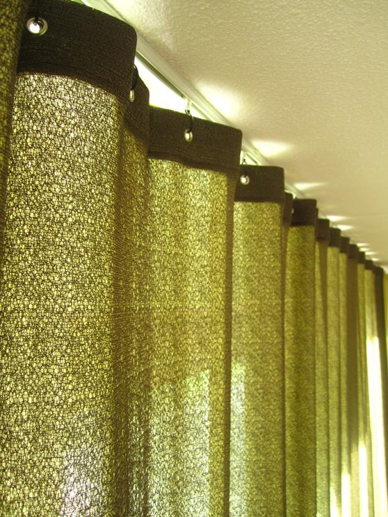 Kimik Design GordijnNo.30Zomers Groen - Twee luchtige lagen gordijn filteren de zon; een onregelmatig geweven mesh in mosgroen wordt gecombineerd met een lichte groene batistDe donkere mesh aan de voorzijde geeft een mooi klassiek effect, terwijl de lichte transparante stof aan de voorzijde een prachtig schaduw & lichtspel oplevert.De beide lagen kunnen los van elkaar gewisseld worden voor een frisse nieuwe look als het wisselen van de jaargetijdenKimik ontwerpt een maakt originele gordijnen voor jouw ruimte.De ontwerpen worden gemaakt in overleg, met een originele twist die jouw gordijnen uniek maken. Neem contact met ons op voor een eigen ontwerp of voor meer informatie!