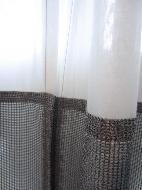 Kimik Design GordijnNo.27Structuur - Twee lagen van verschillende structuren weren de inkijk, terwijl de lichte bovenkant de mooie raamverdeling benadrukt en licht binnen laat komenDe witte batist loopt aan de raamzijde door tot aan de grond.De grijze gemêleerde structuurstof maakt het geheel stoer met een mooie dieptewerking. De zwarte rand aan de onderkant loopt gelijk met de hoge plinten van de vloer waardoor het een mooi geheel wordtKimik ontwerpt een maakt originele gordijnen voor jouw ruimteDe ontwerpen worden gemaakt in overleg, met een originele twist die jouw gordijnen uniek makenNeem contact met ons op voor een eigen ontwerp of voor meer informatie