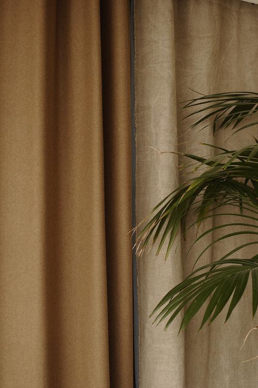 Kimik Design GordijnNo.12PuurMateriaal - Echte wol en linnen zijn de gebruikt voor deze supermooie gordijnen.De stoerheid van de materialen komen samen met de rest van de ruimte, waar vintage meubels zijn gecombineerd met ruwe houden kastenAan elkaar gestikt met een grijsblauwe keperband maakt het geheel fris en helder en benadrukt de klasse van het exclusieve materiaalDe warme bruine wol geeft warmte en houdt de zon tegen, de dichte structuur houdt in de winter de warmte binnen. In het midden van het gordijn, waar de twee kanten bij elkaar komen zie je een gouden tekst op de naar buiten gezoomde zelfkant van de stof, die het geheel prachtig afwerktKimik ontwerpt een maakt originele gordijnen voor jouw ruimte.De ontwerpen worden gemaakt in overleg, met een originele twist die jouw gordijnen uniek maken. Neem contact met ons op voor een eigen ontwerp of voor meer informatie!