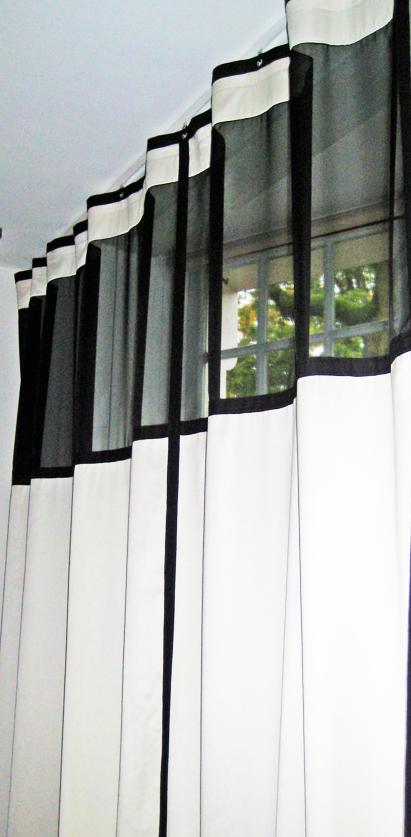 KimikDesign GordijnNo.10KlassiekeCombi - Deze klassieke gordijnen zijn gecombineerd met rolgordijnen zodat de mogelijkheid ontstaat een raam apart te verduisteren zonder de gehele façade af te schermenDe gordijnen hebben een lichte zandtint gecombineerd met een transparante zwarte voile structuur bovenin, waardoor de kleine ramen bovenin zichtbaar zijn wanneer de gordijnen gesloten zijnLijnen van keperband markeren het ontwerp, refererend aan de architecturale stijl waarin het huis is gebouwd en de klassieke stijl in de kamer.De zandwitte rolgordijnen hebben smalle keperbandlijnen aan de onderzijde waardoor ze op een simpele subtiele manier refereren aan de grotere gordijnen in dezelfde stijl als de omgevingKimik ontwerpt een maakt originele gordijnen voor jouw ruimte.De ontwerpen worden gemaakt in overleg, met een originele twist die jouw gordijnen uniek maken. Neem contact met ons op voor een eigen ontwerp of voor meer informatie!