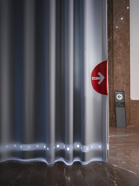 No.01Gordijn &Object - Ontwerp van een permanente oplossing voor de akoestiek, de lichtinval, de tocht, dat zowel het klimaat controleert alsook brandwerend isHet gerealiseerde ontwerp is een systeem van grijsblauwe gordijnen. Materialen: PVC Projectiescreen, katoenvelours, pvc ultra mesh, trevira cs voile, rvs ringen en digitale printsDe gordijnen hebben een prachtige esthetiek, terwijl ze tegelijkertijd een neutrale achtergrond vormen voor feesten, openingen, installaties en projecties. De enorme hoogte van het plafond in de centrale hal, en het gewicht van de stoffen maakte de installatie van speciale rails nodig, welke uit het glazen plafond omlaag komen. Desondanks zijn de enorme doeken makkelijk hanteerbaar en mooi op te slaan tussen de prachtige kolommen, harmoniërend met de ruimteKimik ontwerpt een maakt originele gordijnen voor jouw ruimte.De ontwerpen worden gemaakt in overleg, met een originele twist die jouw gordijnen uniek maken. Neem contact met ons op voor een eigen ontwerp of voor meer informatie!