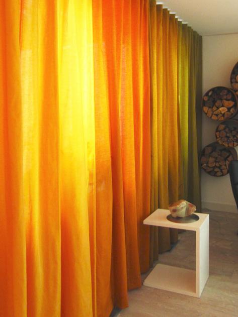 Kimik Design GordijnNo.39HerfstTinten - Een stijlvolle tafetta, grof geweven als ruwe zijde, in felle herfst tinten, verwarmen dit huis en geven het geheel een fijne sfeerDoordat de gordijn ontwerp doorloopt van de eetkamer naar de woonkamer worden beide ruimtes mooi bij elkaar getrokkenDe kleuren volgen elkaar, van warm geel naar oranje, zacht bruin naar groen, zoals ook de inspirerende natuur deed de afgelopen maandenKimik ontwerpt een maakt originele gordijnen voor jouw ruimteDe ontwerpen worden gemaakt in overleg, met een originele twist die jouw gordijnen uniek maken. Neem contact met ons op voor een eigen ontwerp of voor meer informatie!