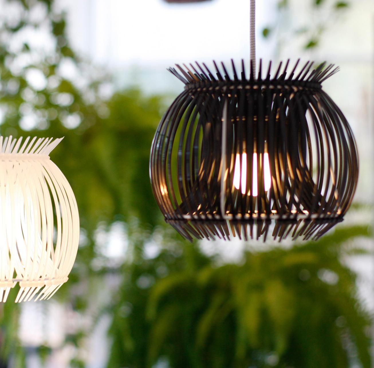 TI LIGHTLAMP - De 'Ti Light' is handgemaakte lamp van originele, industriële ti-ribs.De lamp is er in Zwart & Wit :* Ti Light BlackEen lamp gemaakt van zwarte ti-ribs, welke sterke, krachtige lijnen laten zien, met een mooi schaduwspel, geaccentueerd door het licht binnenin.* Ti Light WhiteEen lamp, gemaakt van witte ti-ribs, met een zachte, luchtige uitstraling, bijna transparant.Wanneer het licht aan is schijnt er een mooi, bijna melkachtig verloop door de licht gebogen lijnen.Beide lampen hebben een zacht met textiel omwikkeld elektriciteit snoer met fitting, klaar om aan te doen!