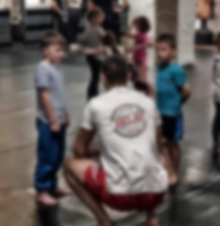 KINDER TRAINING - Selbstverteidigung für KinderMontags 7-9 JahreDienstags 9-12 Jahre (parallel Eltern-Training)Mittwochs 6-7 Jahre (parallel Eltern-Training)Mehr über Kinder-Training erfahren ➝