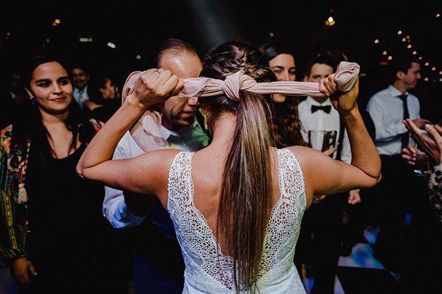 Si antes de la fiesta ves a la novia amarrarse el pelo a lo Rambo, entonces sabes que se viene ruda la cosa!// If before the party starts you see the bride tie her hair Rambo style, then you know shit is about to go down! 🤘🏼 Se vienen mas fotos en un rato!  #wedding #weddingphotographer #fotografo #matrimonios #weddingday #photographer #chilegram #matrimonio #nikon #bride #groom #novia #novio #novios #fotografoboda #fotografodematrimonios #chile #fotografía #photography #weddingphotography #picoftheday #photooftheday #love #documentarywedding #fotografiamatrimonio #instagood #documentaryweddingphotography #weddingmoments #loveauthentic #matrimoniochile