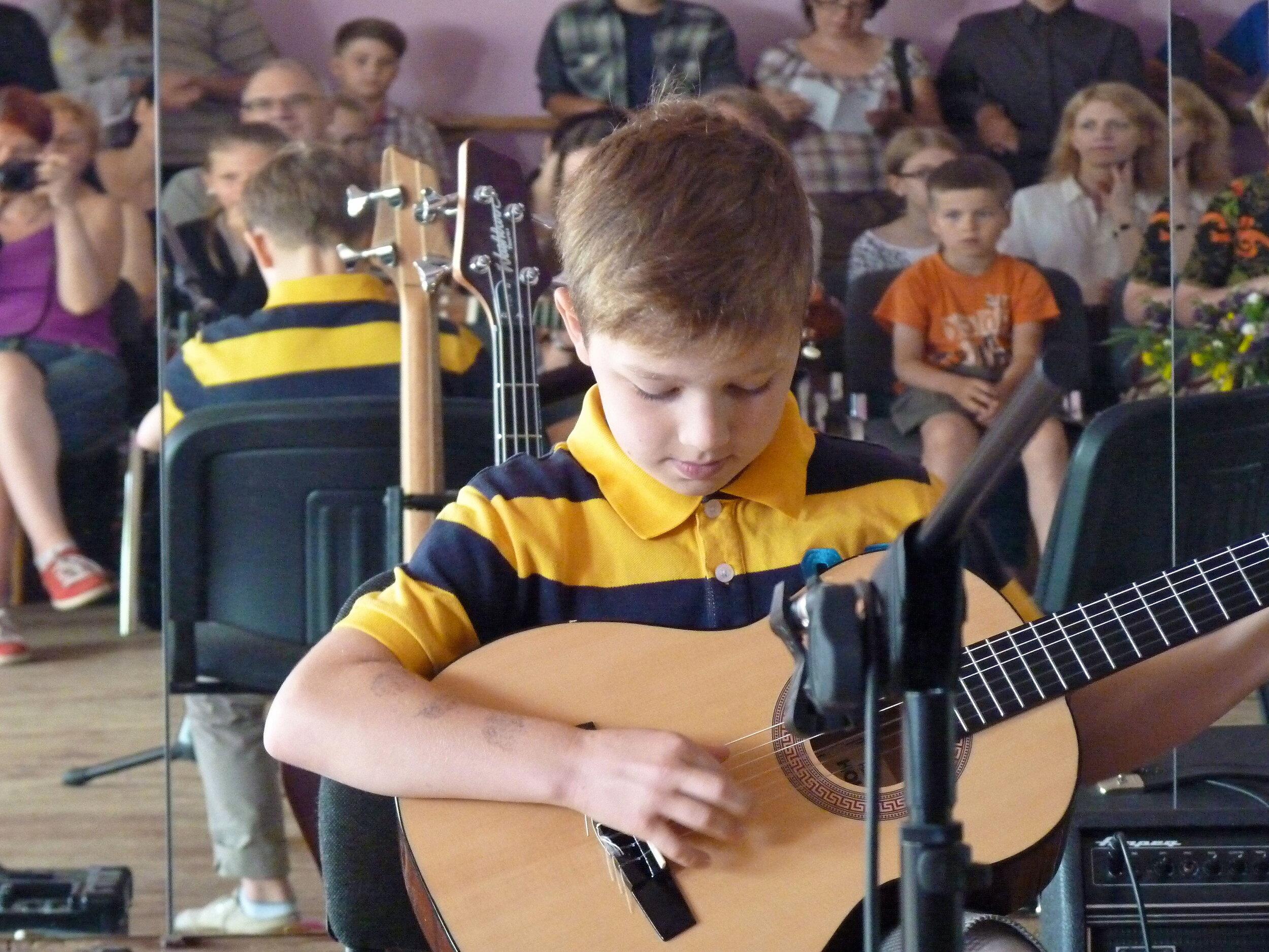 Tobulink grojimo, dainavimo įgūdžius - Šiuo metu kviečiame mokytis dainuoti, groti gitara, bosine gitara, mušamaisiais instrumentais.