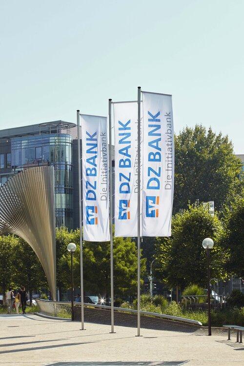 DZ_BANK_FahnenmotivHochformat.jpg