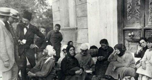 Μικρασιάτες-πρόσφυγες-στο-προαύλιο-του-Αγίου-Νικολάου-1-630x330.jpg