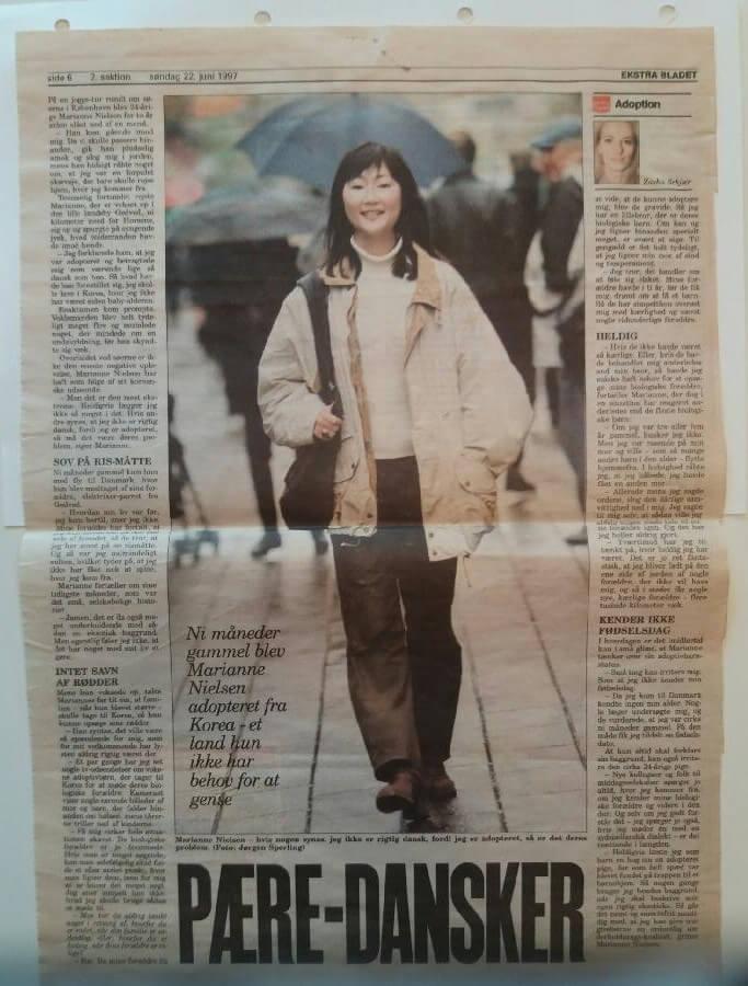"""""""Ni måneder gammel blev Marianne Nielsen adopteret fra Korea – et land hun ikke har behov for at gense"""", står der i billedet. Artiklen blev bragt i Ekstra Bladet 22. juni 1997, og udklippet er affotograferet fra min mors scrapbog."""