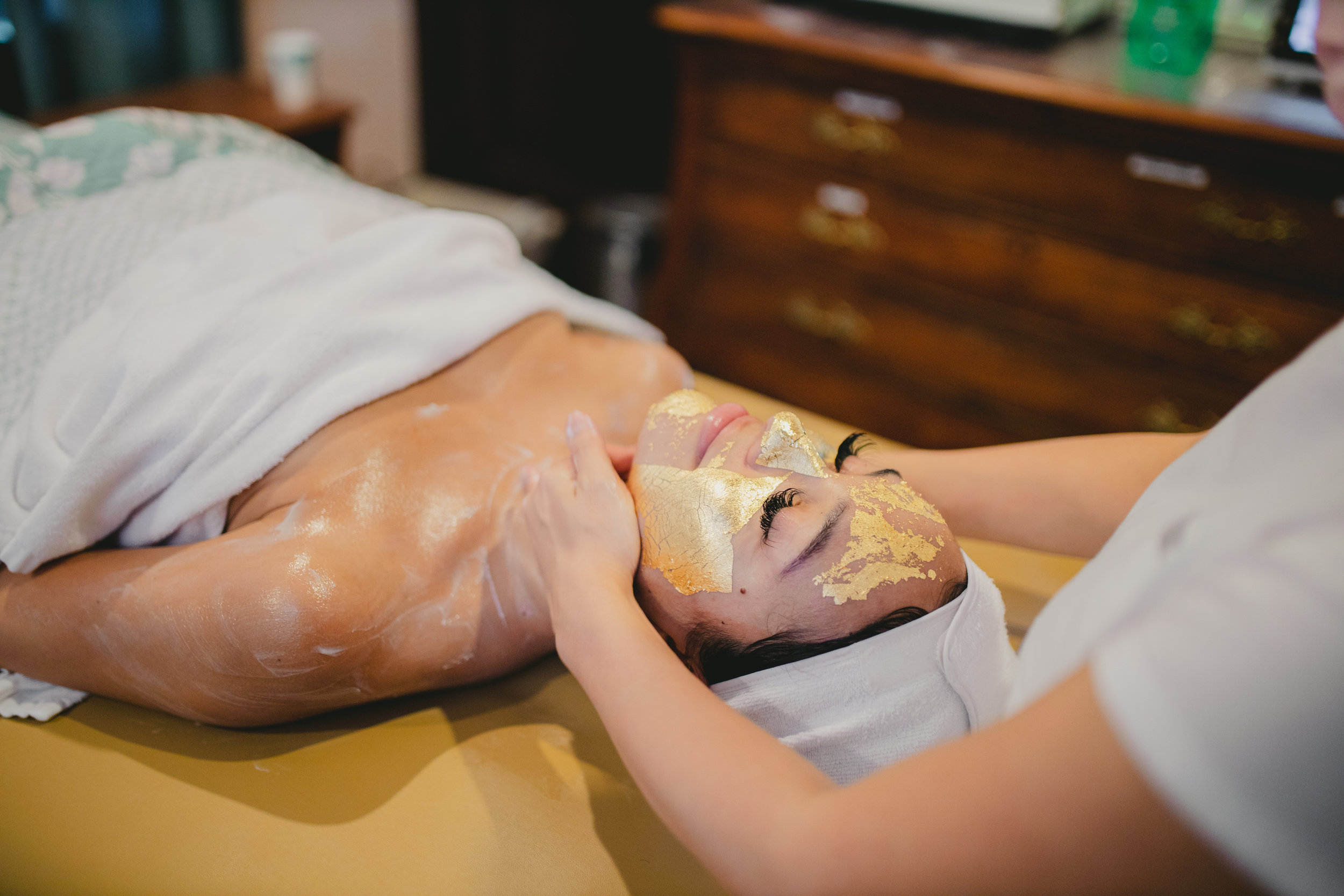 Luxury Facials - GOLD THERAPY uses a mask of pure 24k Gold. For wrinkles, dull skin and pigmentation, Gold mask activates skin cells, rejuvenates and tightens the skin.