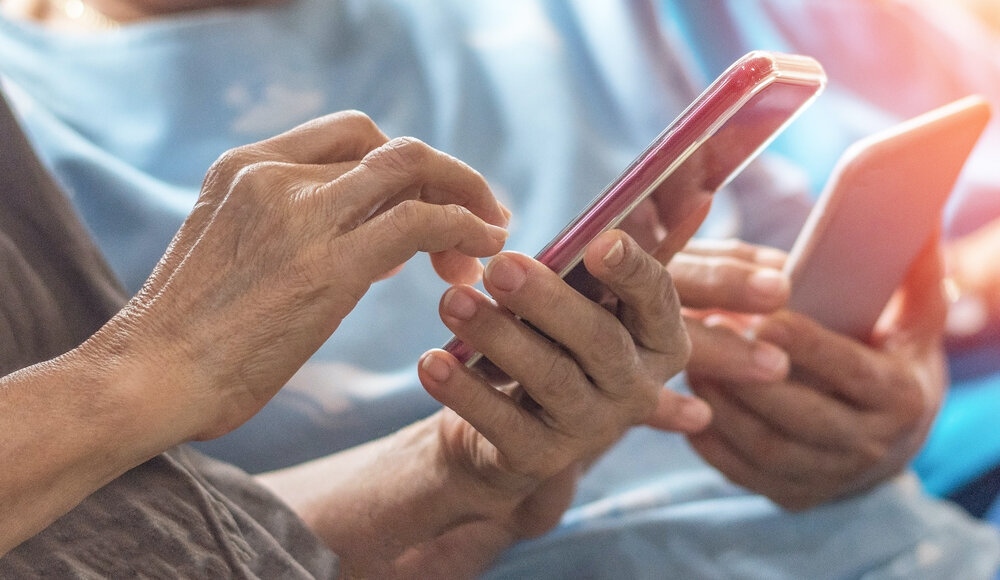 The 9 Best Cell Phones For Seniors High Tech And Easy To Use Options Snug Safety