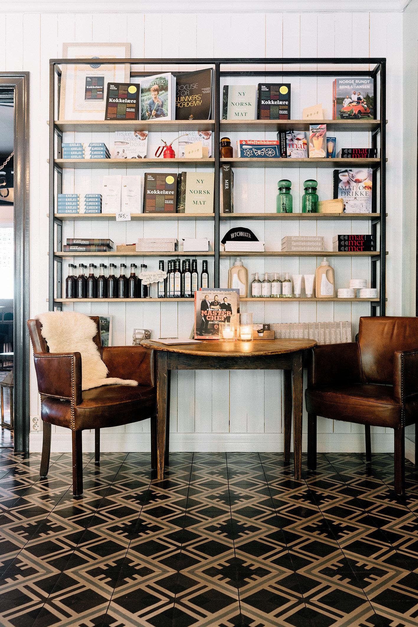 Kafé  - Hjertelig velkommen inn i en behagelig atmosfære med levende lys og duften av hvetebakst og nytraktet kaffe fra Tim Wendelboe. Her serverer vi lunsj  fra kl.12.00 tirsdag-søndag. Velg mellom dagens suppe, salater, ferske smørbrød eller bakevarer!