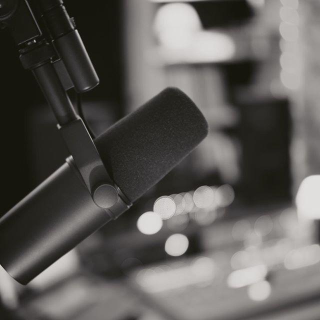 Qui a la #voix assez puissante pour venir enregistrer dans ce #micro ?! 🤘 - - - #sm7 #studio #enregistrement