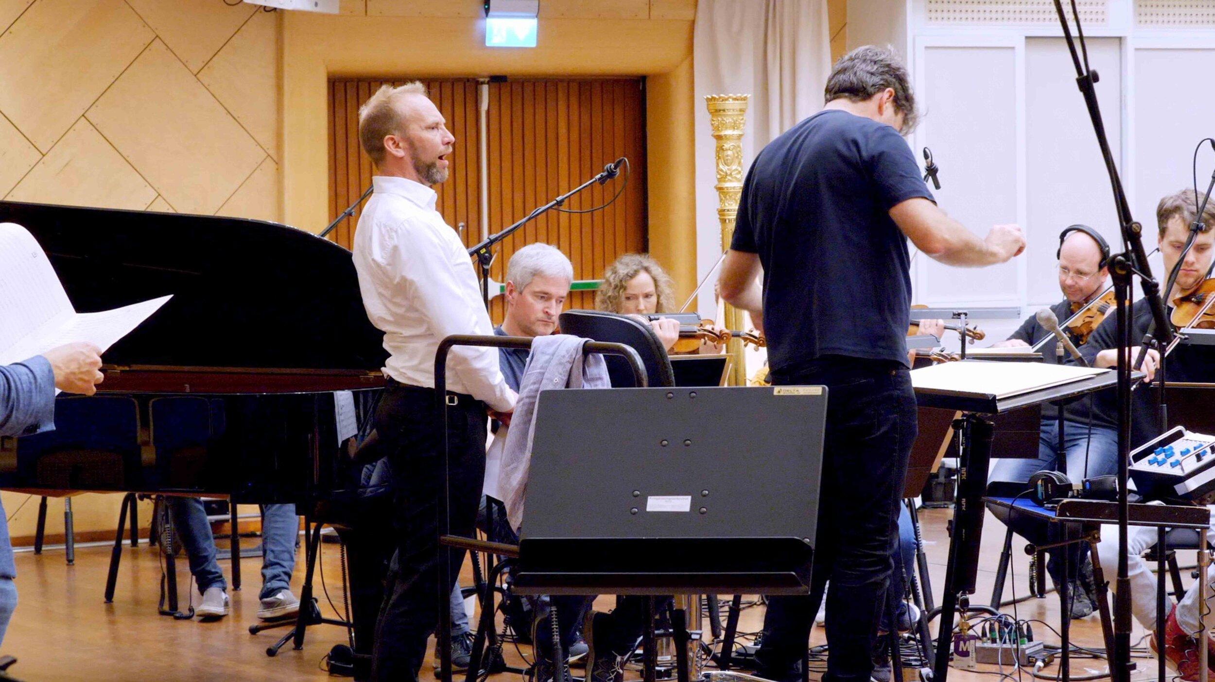 """Erik-André Hvidsten i NRK """"Store Studio"""" med Kringkastingsorkesteret."""