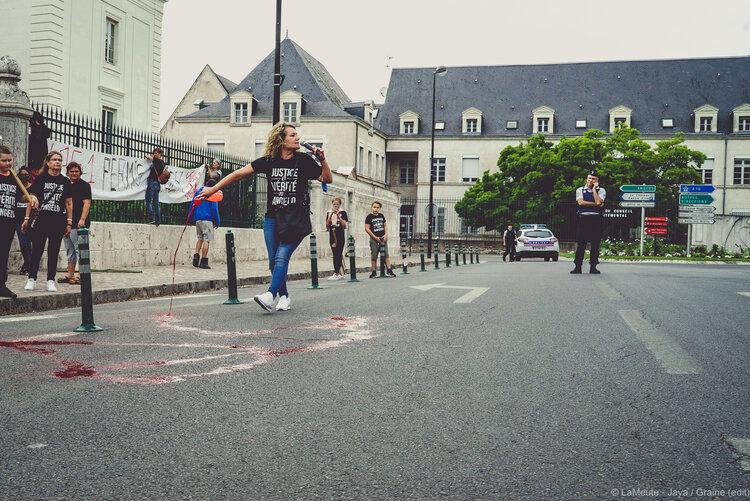 «  Le permis de tuer est instauré avec le sang d'Angelo ».  Aurélie Garand verse du faux sang devant le Palais de Justice de Blois.  ©LaMeute - Jaya
