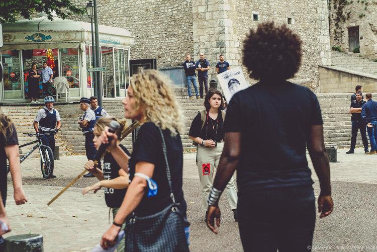 """La marche cette année est très encadrée : police municipale, police nationale et policiers en civil. Aurélie s'adressera directement à eux en fin de Marche : """"et ça ricane… Mais nous on restera dignes !""""  ©LaMeute - Jaya"""