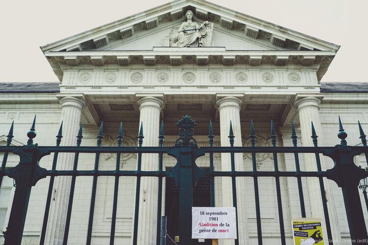 """Le Palais de Justice de Blois et une pancarte accrochée sur ses barreaux : """"18 septembre 1981 - abolition de la peine de mort"""". ©LaMeute-Jaya"""