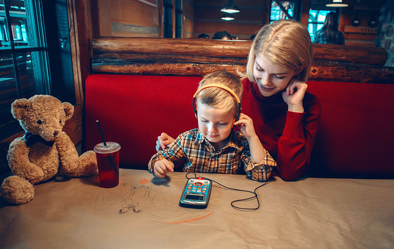 family-digital-tablet-touch-pad-game-electronic-toy-earphones-restaurant-addiction-people-son-mother_t20_LzaKm1.jpg