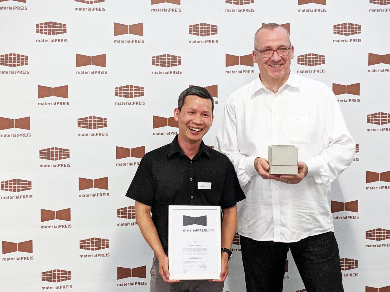 Son Phung, Geschäftsführer der Rendeffect GmbH und Frank Wenzel, Projektleiter bei der Brückner Architekten GmbH, freuen sich über die Auszeichnung. © Uwe Röniger