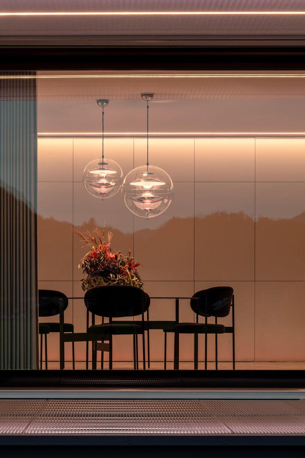 Das weitgehend verglaste Untergeschoss gewährt einzigartige Ein- und Ausblicke © Florian Holzherr