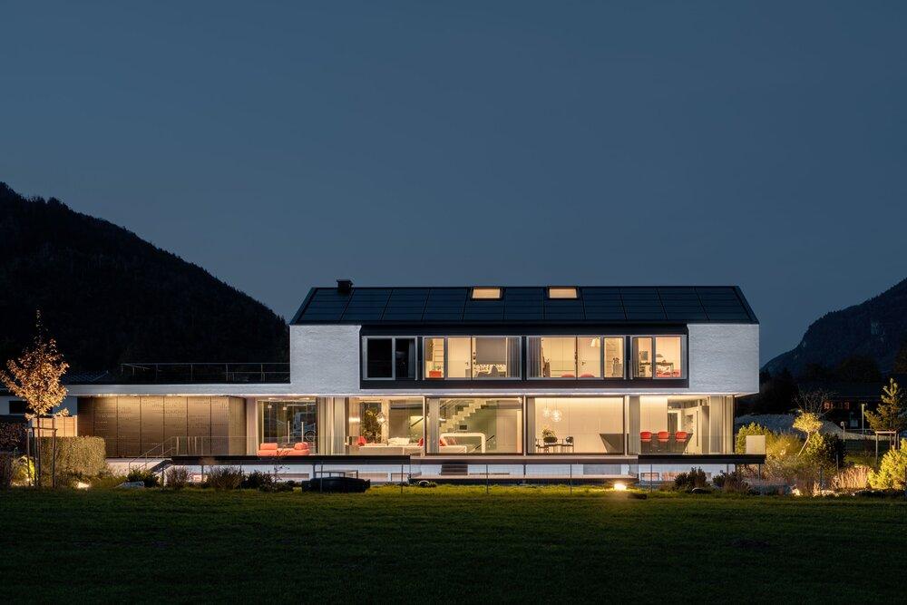 Die Photovoltaikanlage bildet mit dem Dach eine gestalterische Einheit © Florian Holzherr