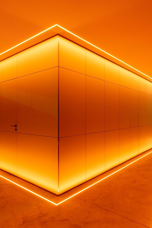 Ein silberner skulpturaler Block verbirgt weitere Räume © Florian Holzherr