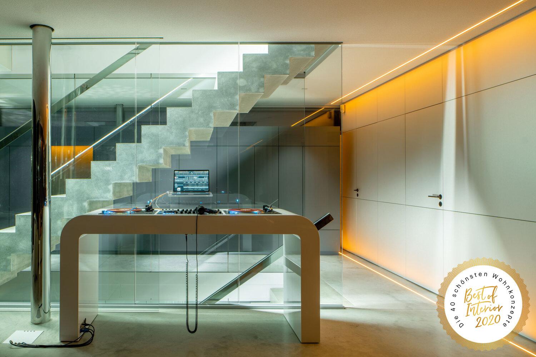 Wohnraum mit DJ Pult © Florian Holzherr