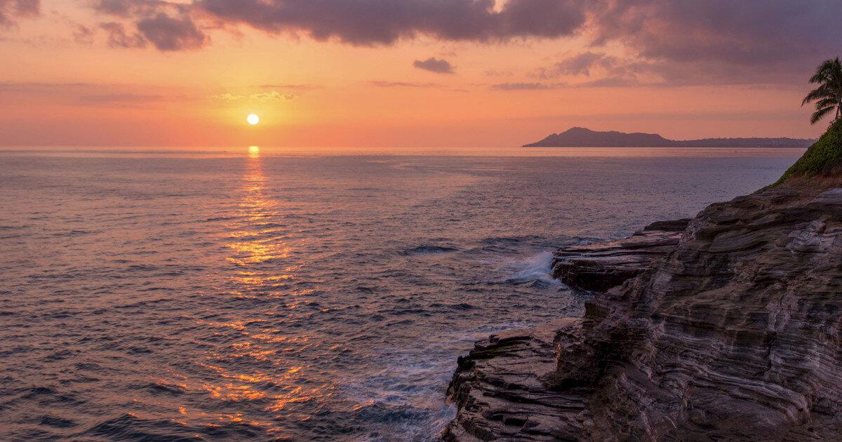 Oahu Hawaii Elopement Hike china wall spitting cave