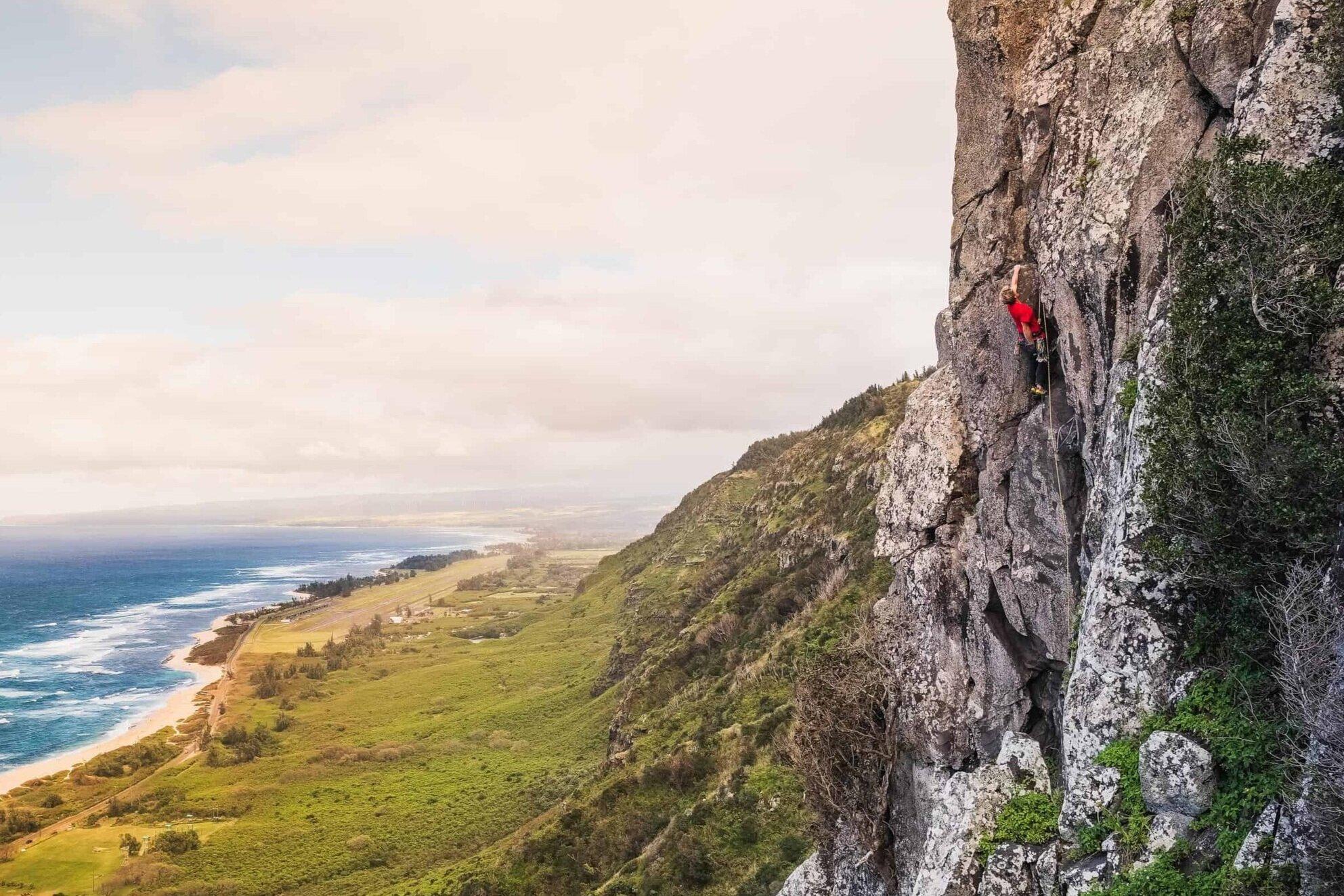 Oahu+Hawaii+Elopement-climbing