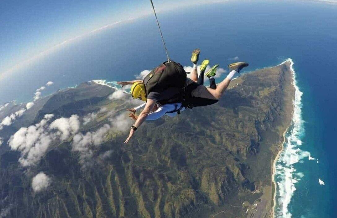 Oahu+Hawaii+Elopement-sky-diving