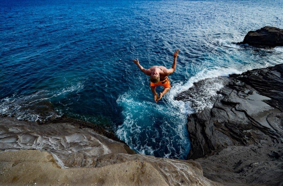 spitting-cave-oahu-hawaii-cliff-jumping-elopement