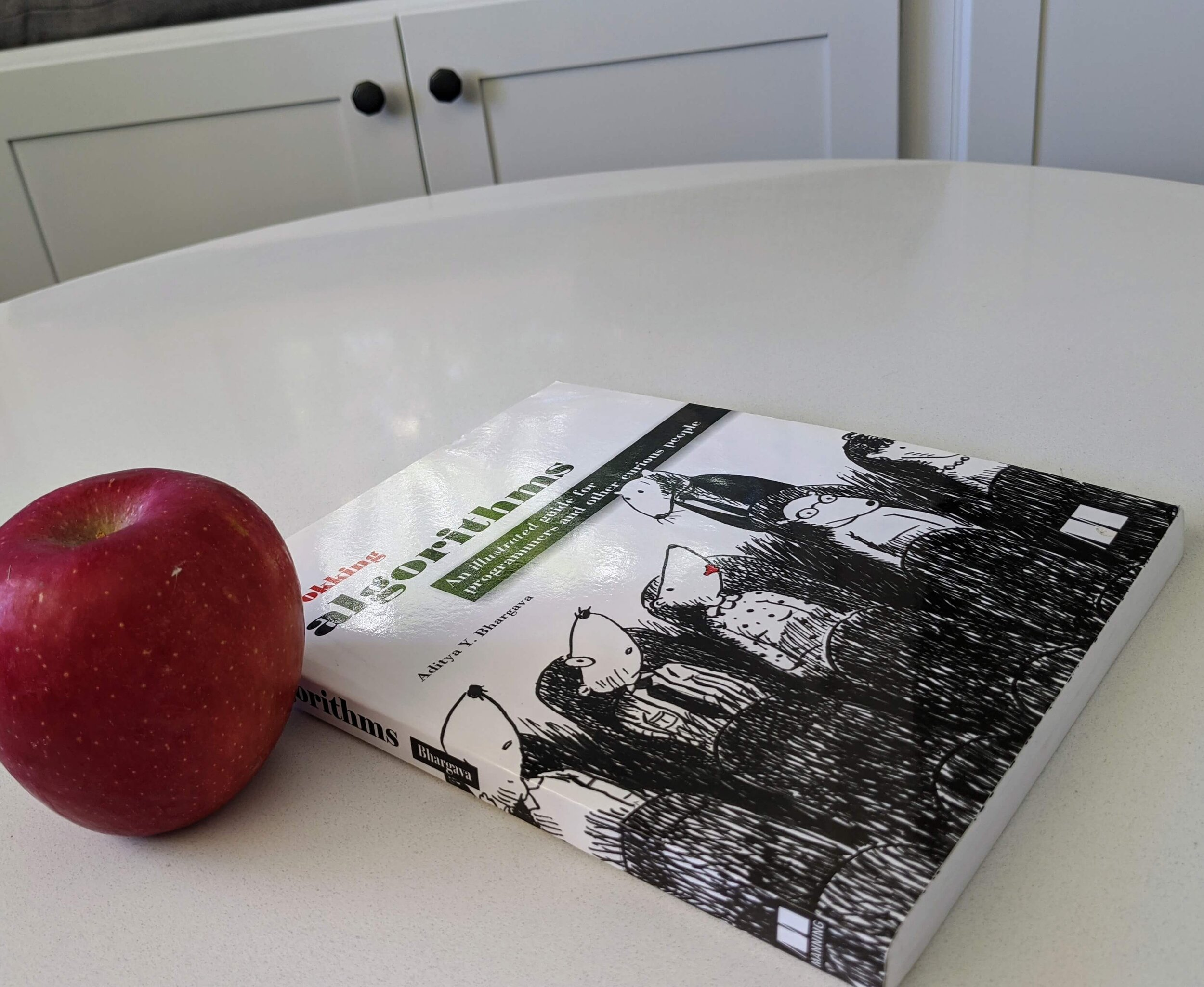 grokking-algorithms-on-table-with-apple