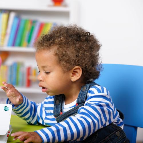 Le fait d'inciter votre enfant à s'exprimer quand vous lisez une histoire permet de développer son langage !